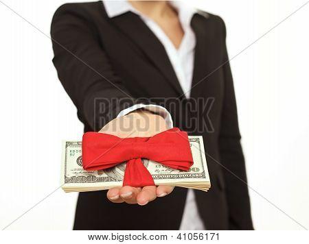 Persona dando un generoso bono