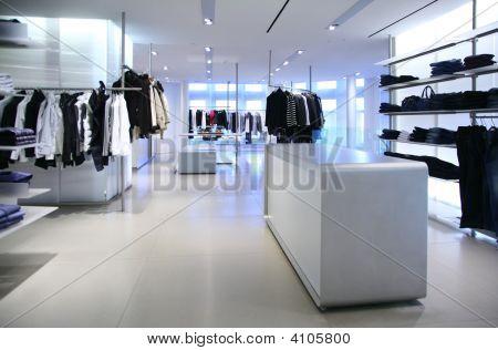 Kleding In een lege Modern winkel