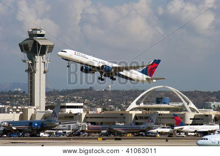 LOS ANGELES, CA - 23 de outubro: Jato de passageiros A Delta Airlines leva de Los Angeles Internationa