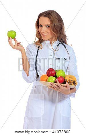 Retrato de un médico de mujer sonriente con frutas frescas. Aislado sobre fondo blanco.