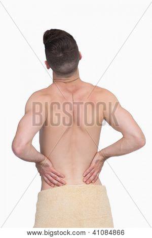 Vista posterior del hombre sin camisa con dolor de espalda sobre fondo blanco