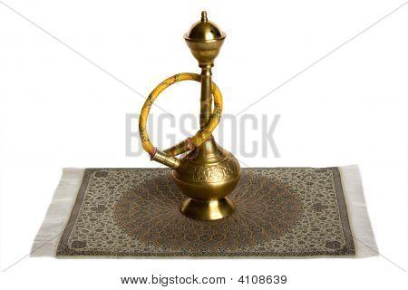 Cachimba en alfombra iraní. Aislado en blanco.