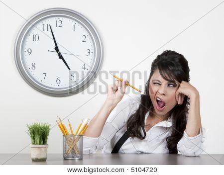 Mujer aburrida al final del día