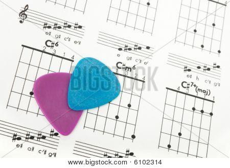 Gitarre nimmt in einem Diagramm Akkorde