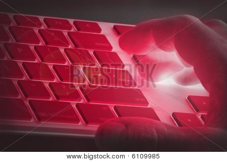 Hand auf einer Tastatur