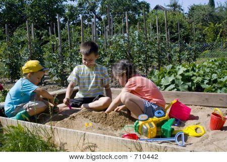 Niños en la caja de arena