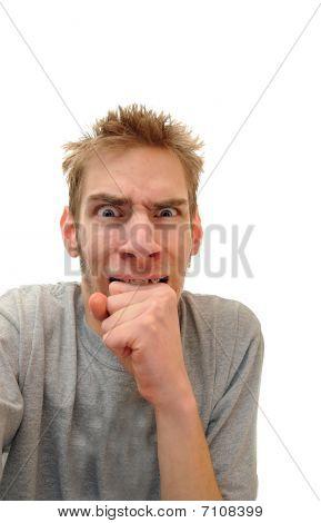 Mann beißt nach unten auf Seite