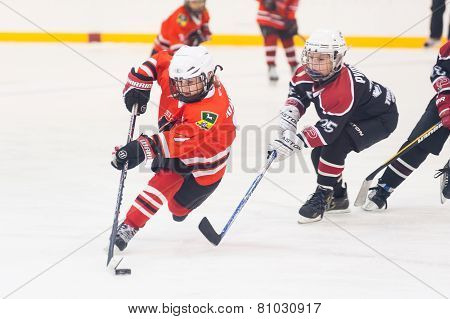 Game of children ice-hockey teams