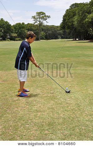 Joven, conducir una pelota de Golf