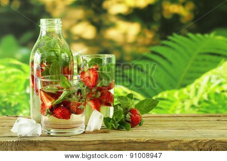 Summer strawberry lemonade with mint and ice