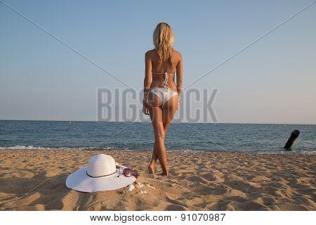 Beautiful Girl In Bikini On The Beach .