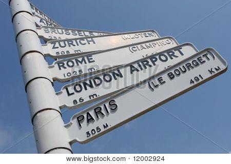 Flughafen Schild mit Reisen Entfernungen und Richtungen zu europäischen Hauptstädte