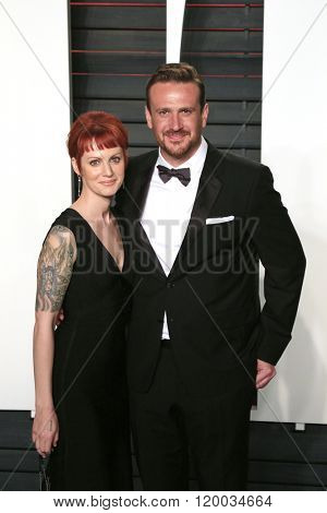 BEVERLY HILLS - FEB 28: Alexis Minter, Jason Segel at the 2016 Vanity Fair Oscar Party on February 28, 2016 in Beverly Hills, California