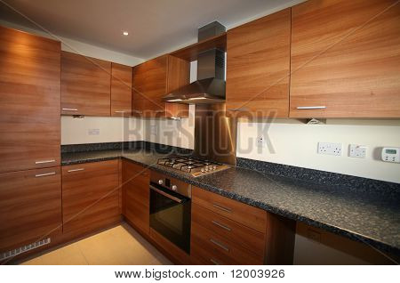 Interior de cocina-cocina con enfoque selectivo de __ de dispositivos integrados en el centro