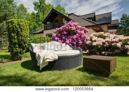 Simple Garden Sofa And Table