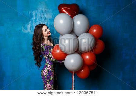 glamour lady  keeps air red and white balloons.