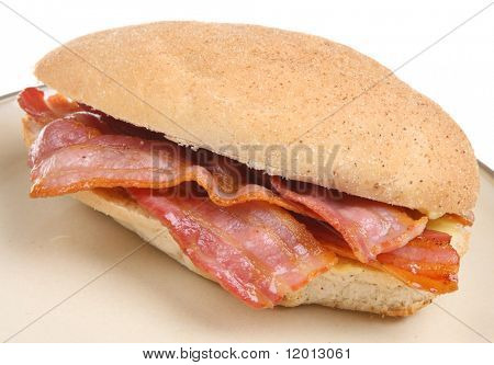 Bacon en un rollo de pan integral