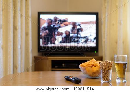 Tv, Television Watching (war Movie, Troops) With Snacks