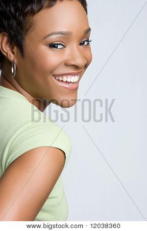 Schöne schwarze Frau lächelnd