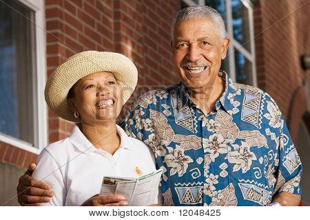 Retrato de pareja de ancianos sonriendo