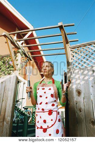 Young Woman holding Kochutensilien im freien