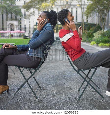 Freunde sprechen auf Handy im park