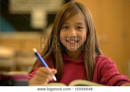 Retrato de niña a escritorio