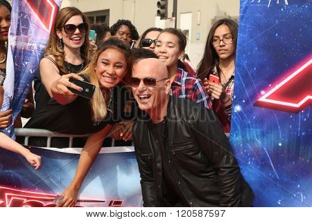 LOS ANGELES - MAR 3:  Howie Mandel, fans at the America's Got Talent Judges Photocall at the Pasadena Civic Auditorium on March 3, 2016 in Pasadena, CA