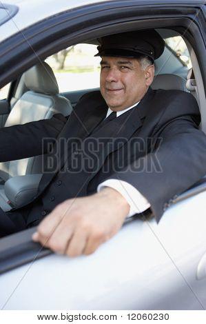 Porträt von Chauffeur in Auto