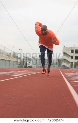 Männliche Athlet läuft planmäßig