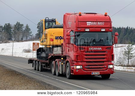 Scania R500 Hauls Komatsu Hydraulic Excavator