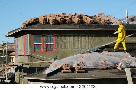 Site de construção Empreiteiro no telhado