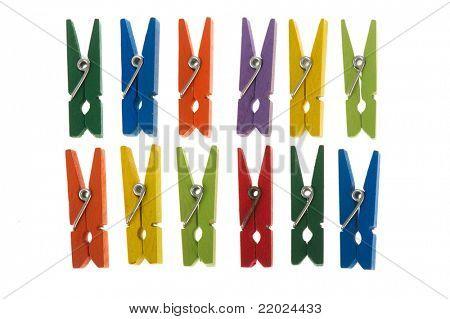 Prendedores de roupa coloridos em uma fileira no fundo branco