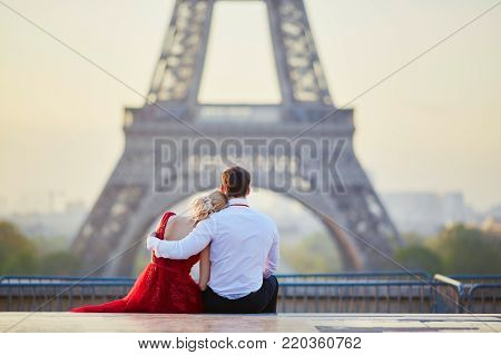 poster of Couple In Front Of The Eiffel Tower In Paris, France