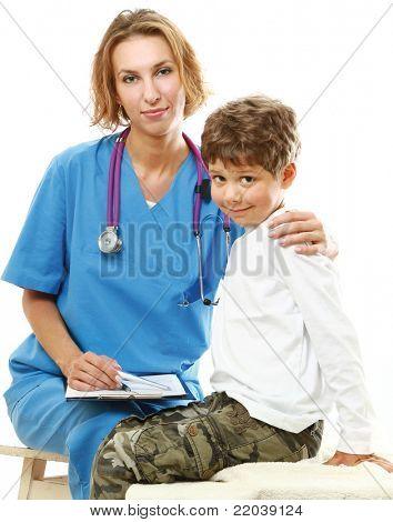 Una doctora examinando un poco paciente, aislado en blanco
