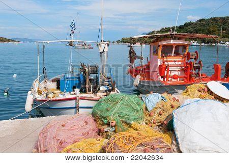 Barcos de pesca griego en el puerto de Epidauro