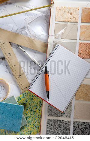 Mesa de trabalho designer arquiteto ou interior com espaço de cópia em branco de caderno espiral