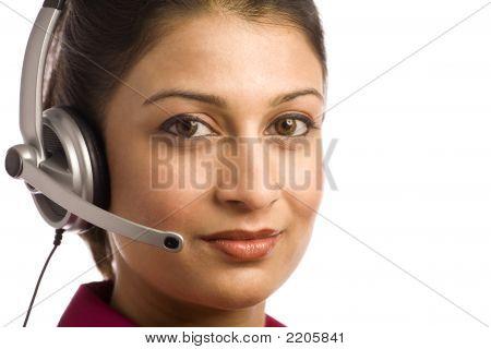Amigável Desi mulher vestindo auricular