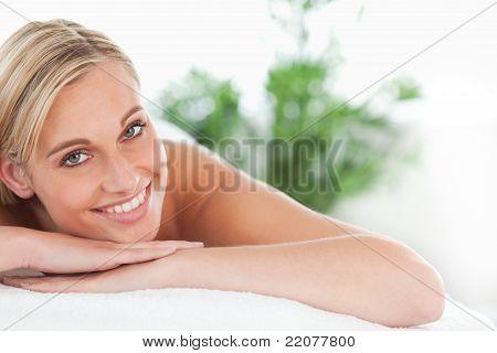 Eine Blonde Frau auf einer Liege liegend hautnah
