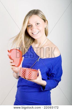 Mulher com um presente presente vermelho