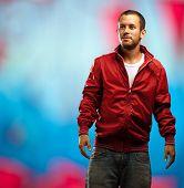 Постер, плакат: человек с красной куртке на фоне граффити