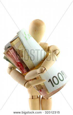 Uma boneca de madeira, segurando firmemente um rolo de dinheiro (papel-moeda)