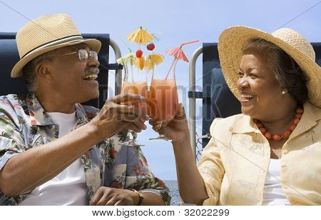 Senior afrikanischen Couple toasting with tropische cocktails