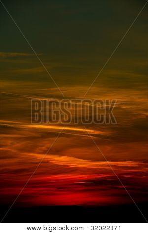Sonnenuntergang Himmel mit dunklen Wolken