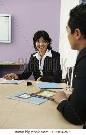 Ondernemers praten op conferentietafel