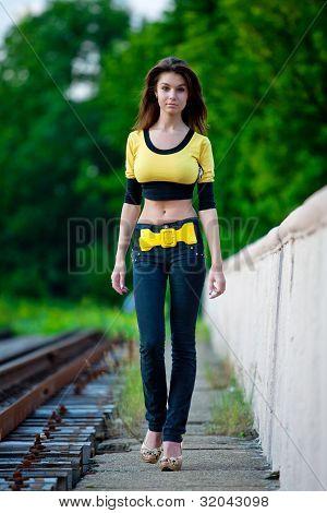 menina bonita, perto da estrada de ferro