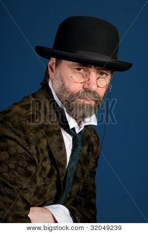 Hombre de gafas vintage pince nez de media edad