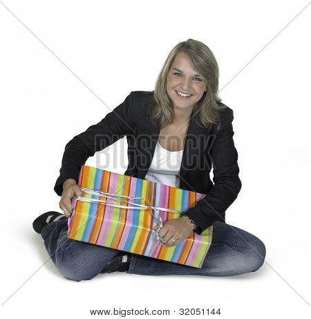 nettes Mädchen sitzend mit Geschenk