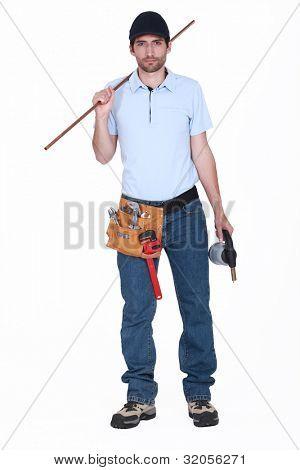 Klempner halten Länge Kupfer Rohr und Schlag-Fackel