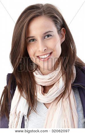 Portrait of happy young Woman wearing trendige Schal und lässige Jacke lächelnd in die Kamera.